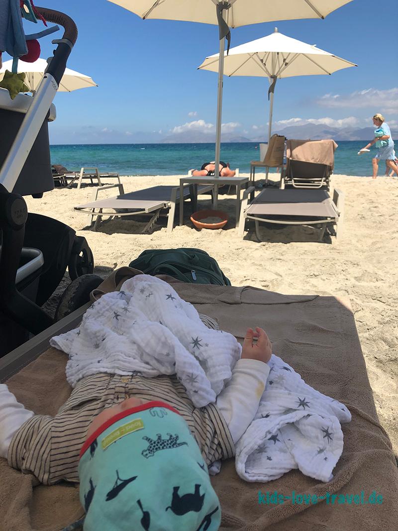 Am Strand mit Babyboy